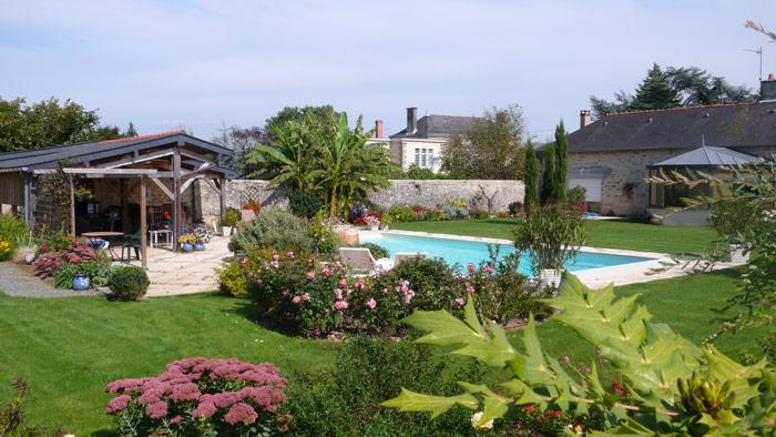 Loire piscine jardin for Camping maine et loire avec piscine
